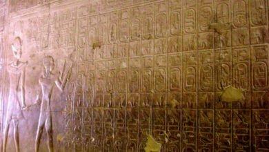 الأول وابنه رمسيس مع قائمة ملوك أبيدوس المصدر ويكيبيديا 390x220 - مدينة أبيدوس : سجل تاريخي لملوك مصر القديمة و قبلة الحج للمصريين القدماء