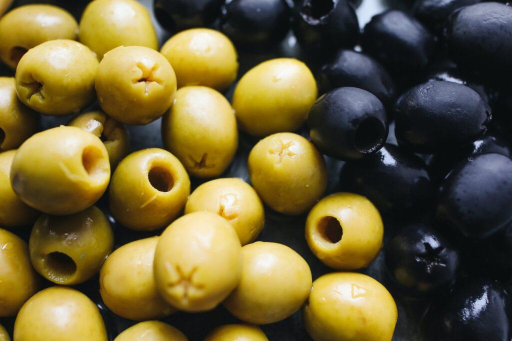 الزيتون المخلل 1024x682 - فوائد الزيتون المخلل : بينهم الوقاية من أمراض القلب و فقر الدم